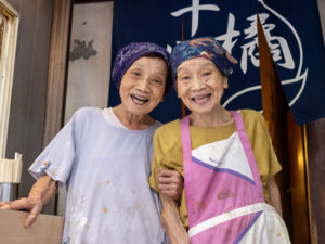 都喜子さん ( 左 )、都司子さん ( 右 ) の仲よし姉妹「十代橘」。