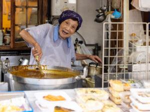 「菜っ葉の炊いたん」など、店頭に並ぶ惣菜は¥120 ~。正午には店の前に行列ができる「十代橘」。