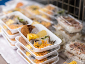 店頭に並ぶ惣菜は¥120 ~。正午には店の前に行列ができる