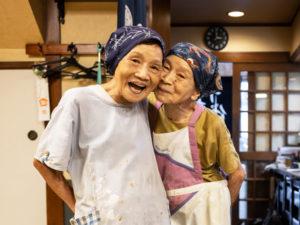十代橘の都喜子さん ( 左 )、都司子さん ( 右 )の仲良し姉妹!