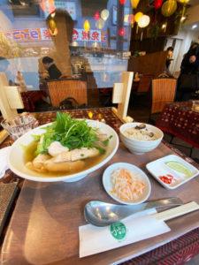 「ふぉーの店」内観&鶏ふぉー×原木椎茸炊き込みご飯 ¥980(税込)