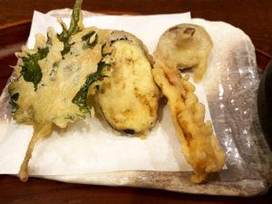 天ぷらは大葉、ナス、かぼちゃ、椎茸など5種類ほど