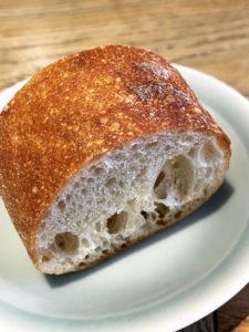 パンはオーブンで温めなおして提供してくれました