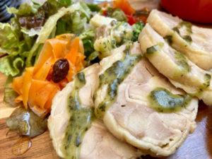 サラダにはラタトゥイユ的な煮込み野菜も添えられています