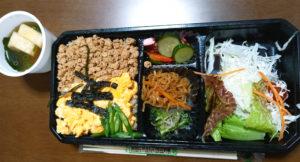 「Natural Food café KOMACHI」玄米鶏そぼろ丼ぶりセット940円(税込)