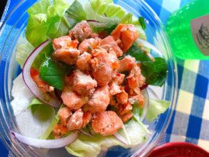 「サーモンバーガー専門店 SALMONBEAR」自家製鮭フレークのサラダ 300円
