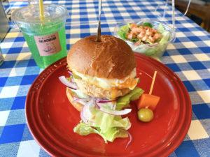 「サーモンバーガー専門店 SALMONBEAR」サーモンエッグバーガー 800円 自家製鮭フレークのサラダ 300円、メロンソーダ(Sサイズ)100円