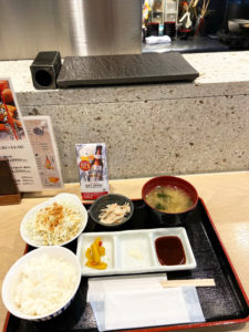 ご飯・お味噌汁・サラダ・小鉢